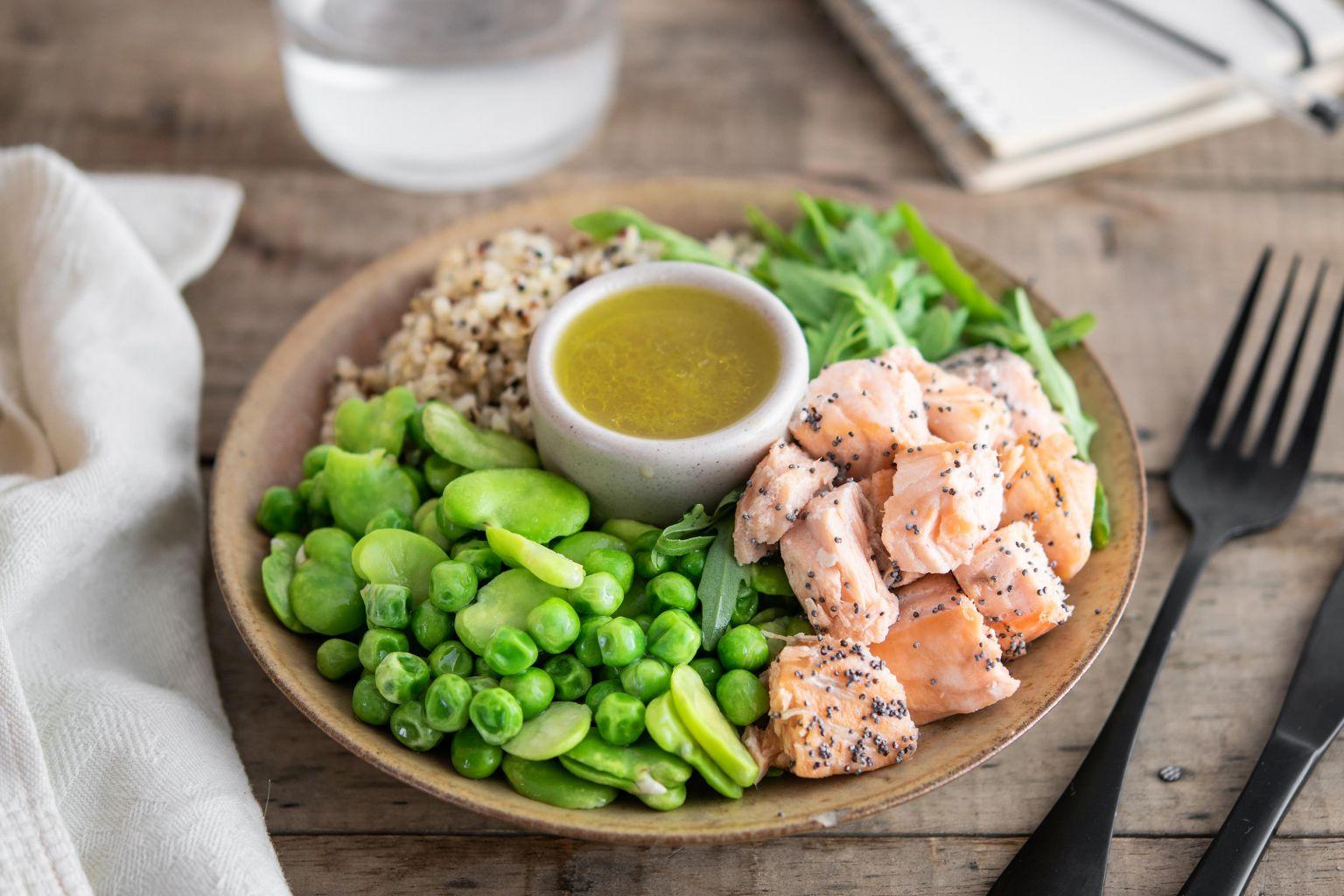 Salade de saumon au pavot, boulgour, quinoa rouge, fèves édamamé, petits pois, sauce citron