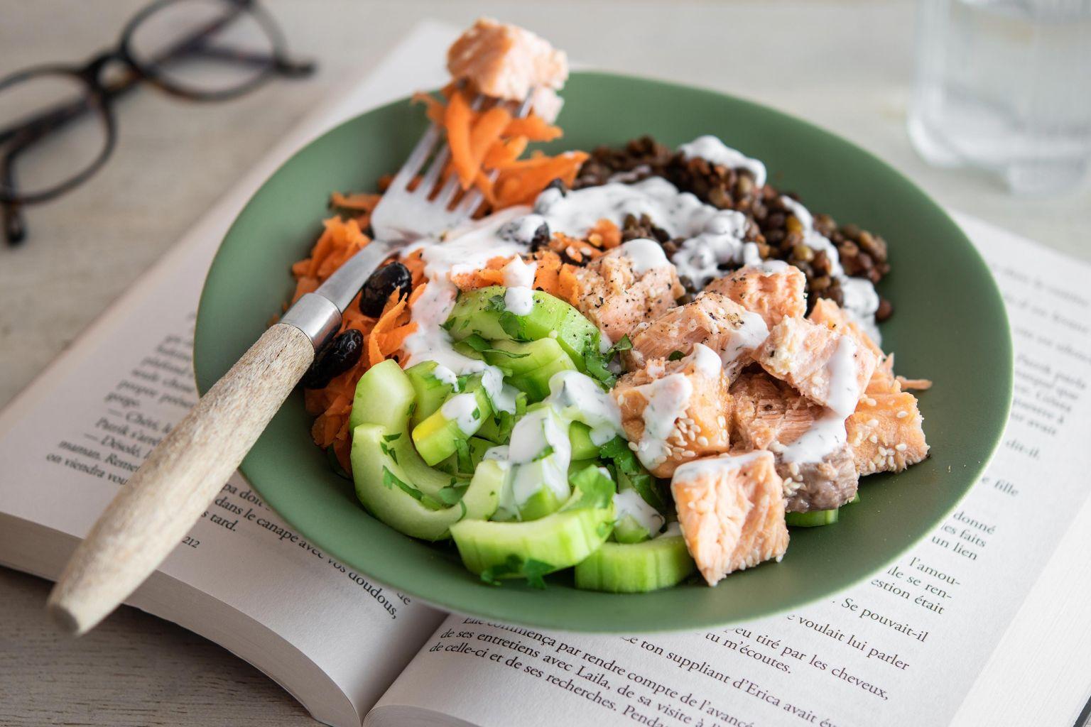 Salade de saumon au sésame, lentilles, légumes, crème à l'aneth