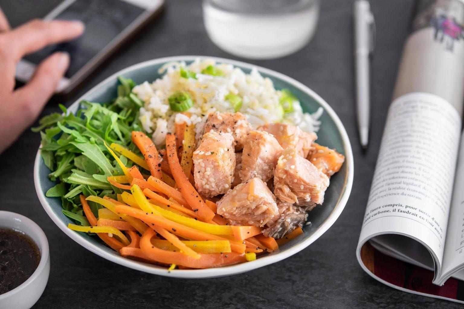 Salade de saumon au sésame, riz, boulgour, julienne de légumes et gingembre