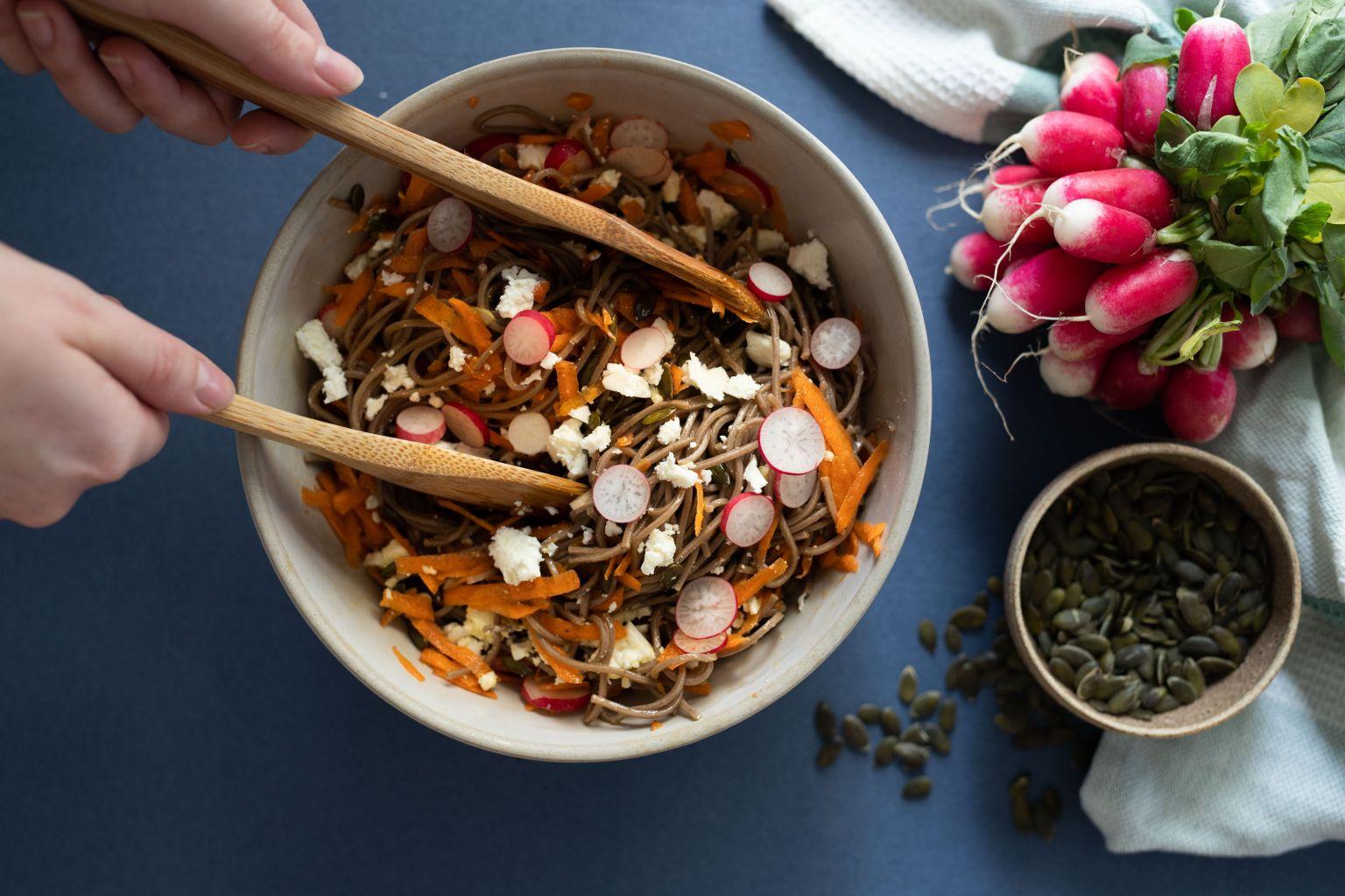 Salade de soba aux radis, féta AOP et graines de courge