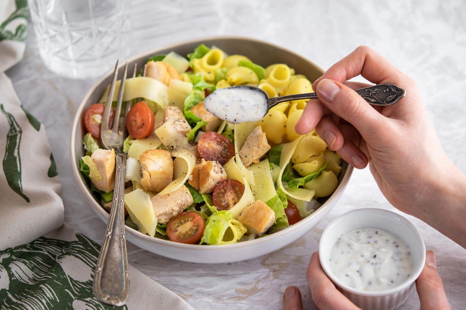 Salade romaine, poulet rôti, pâtes rigate, tomate cerise, comté, sauce fromagère