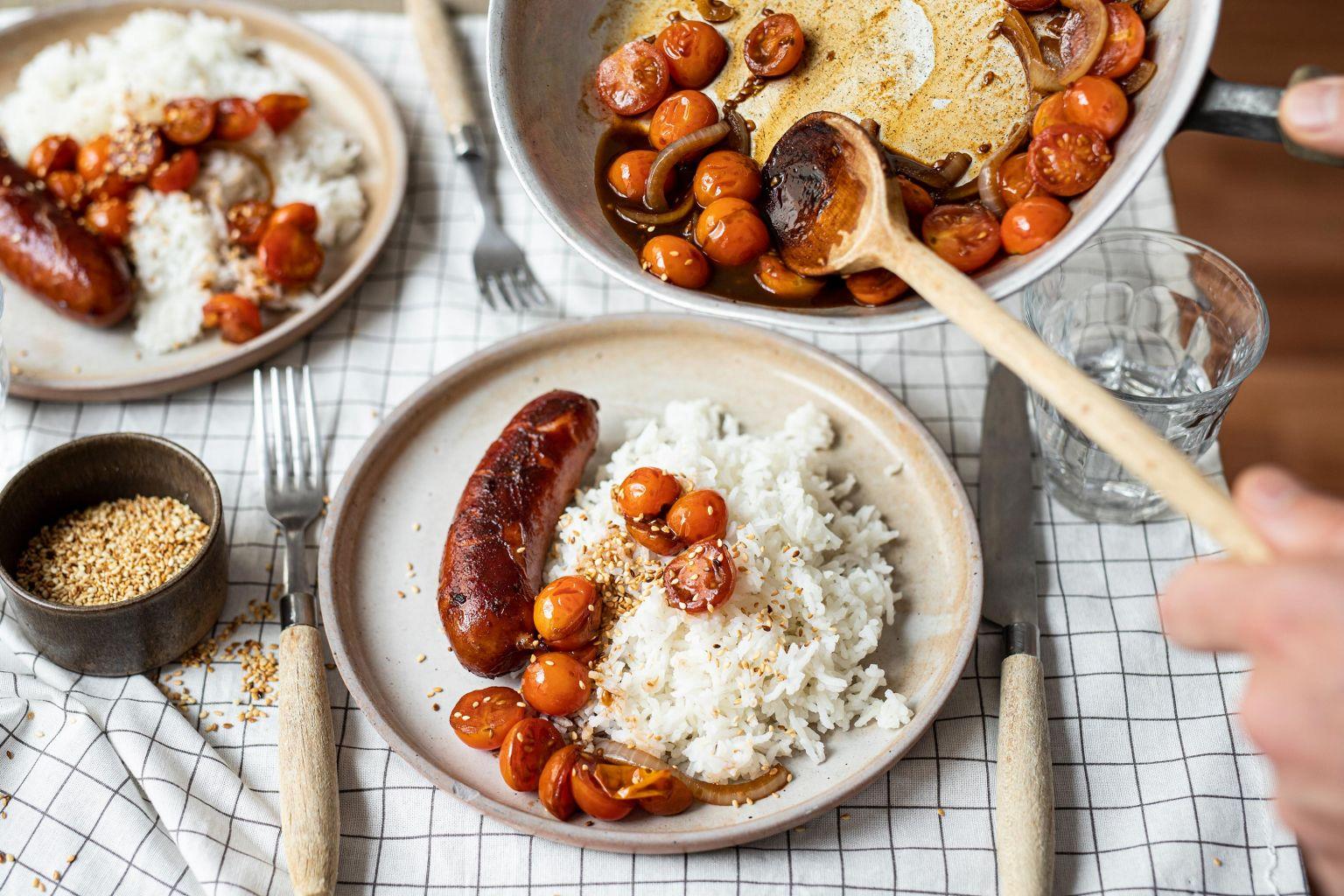 Saucisses rustiques et tomates cerises caramélisées au sésame