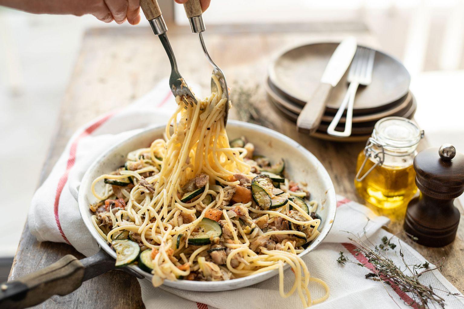 Spaghetti au maquereau fumé et légumes d'été