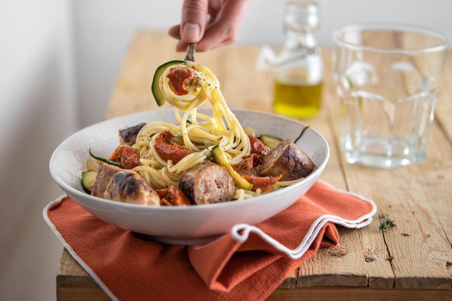 Spaghetti aux saucisses, courgettes et tomates séchées