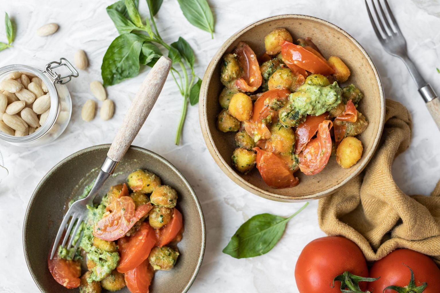 Gnocchi aux tomates et pesto de basilic aux amandes