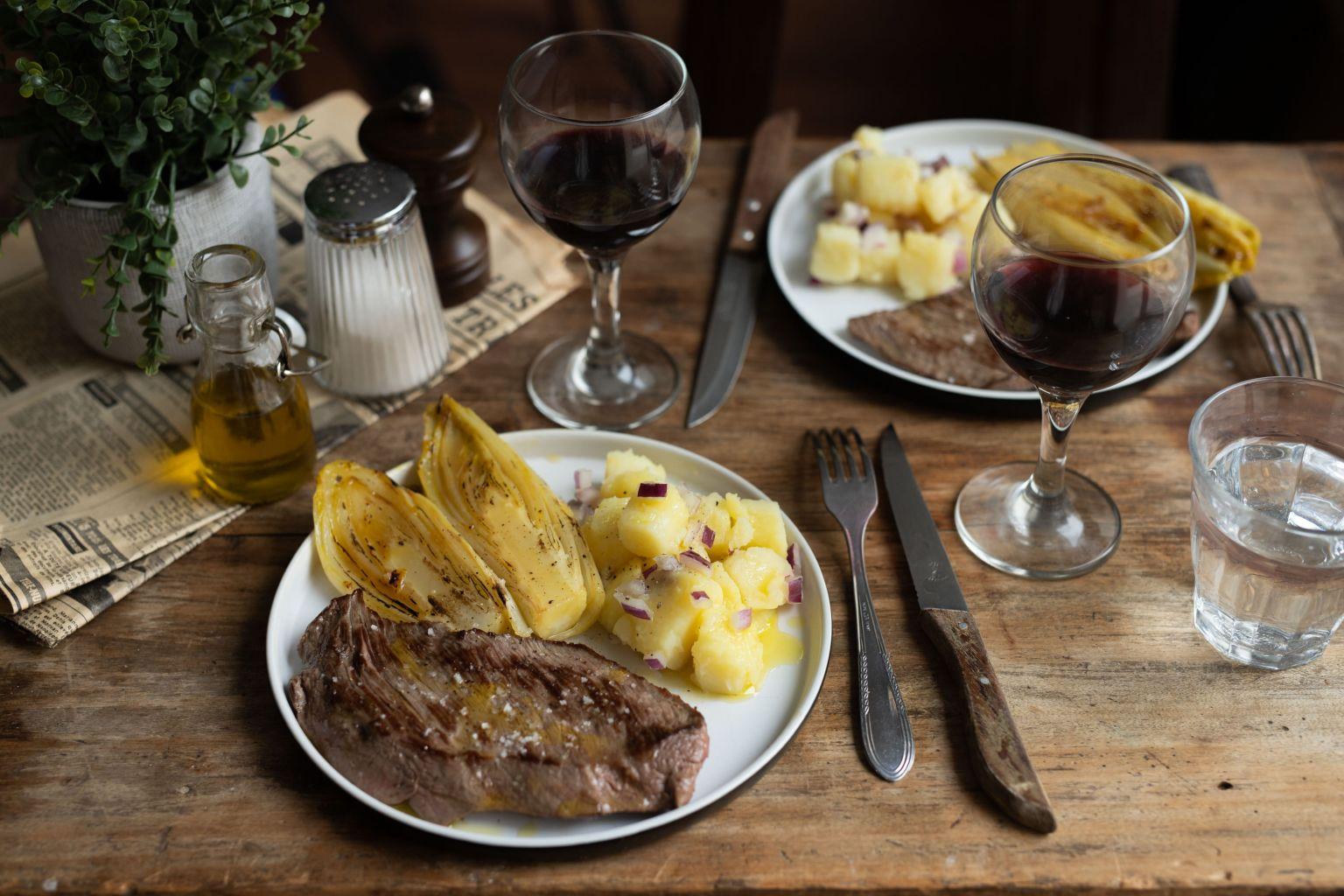 Steaks de bœuf charolais, endives braisées et salade de pommes de terre