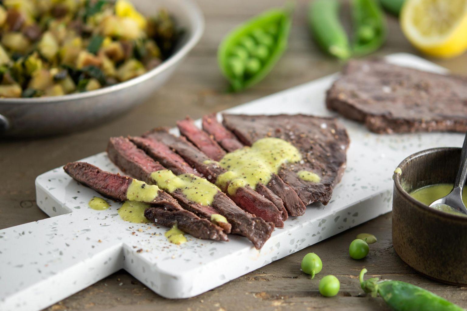 Steaks de bœuf et condiment aux petits pois