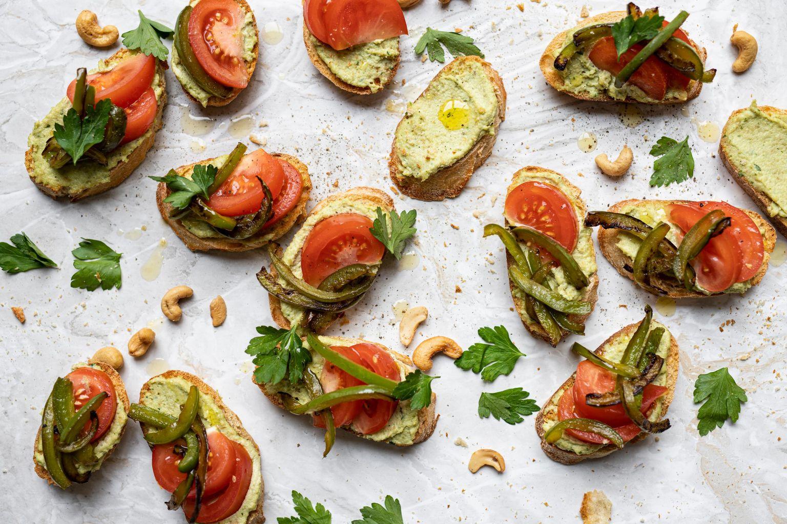 Tartines à la crème de cajou et légumes d'été