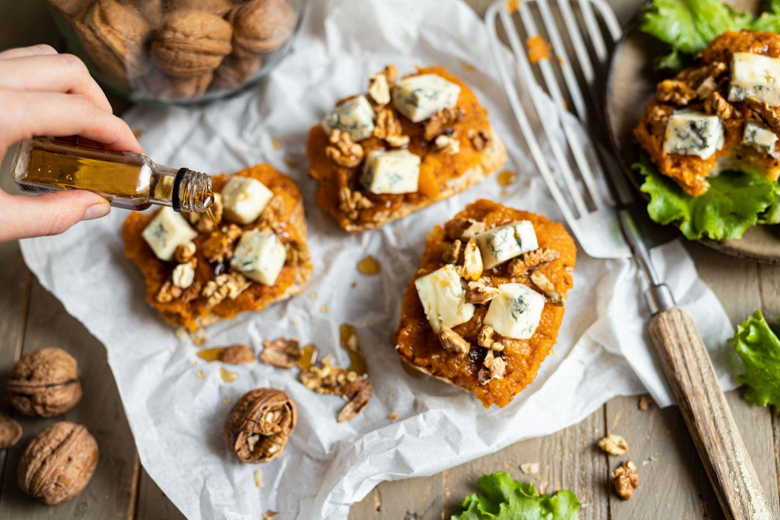 Tartines de butternut au gorgonzola AOP, sirop d'érable et noix