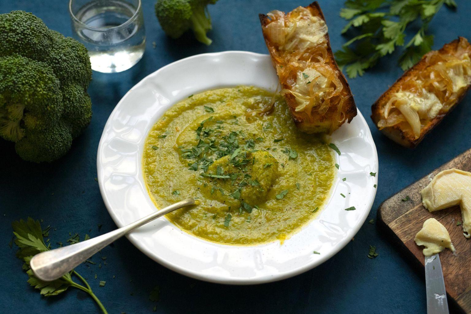 Velouté de brocoli et toasts chauds au rocamadour
