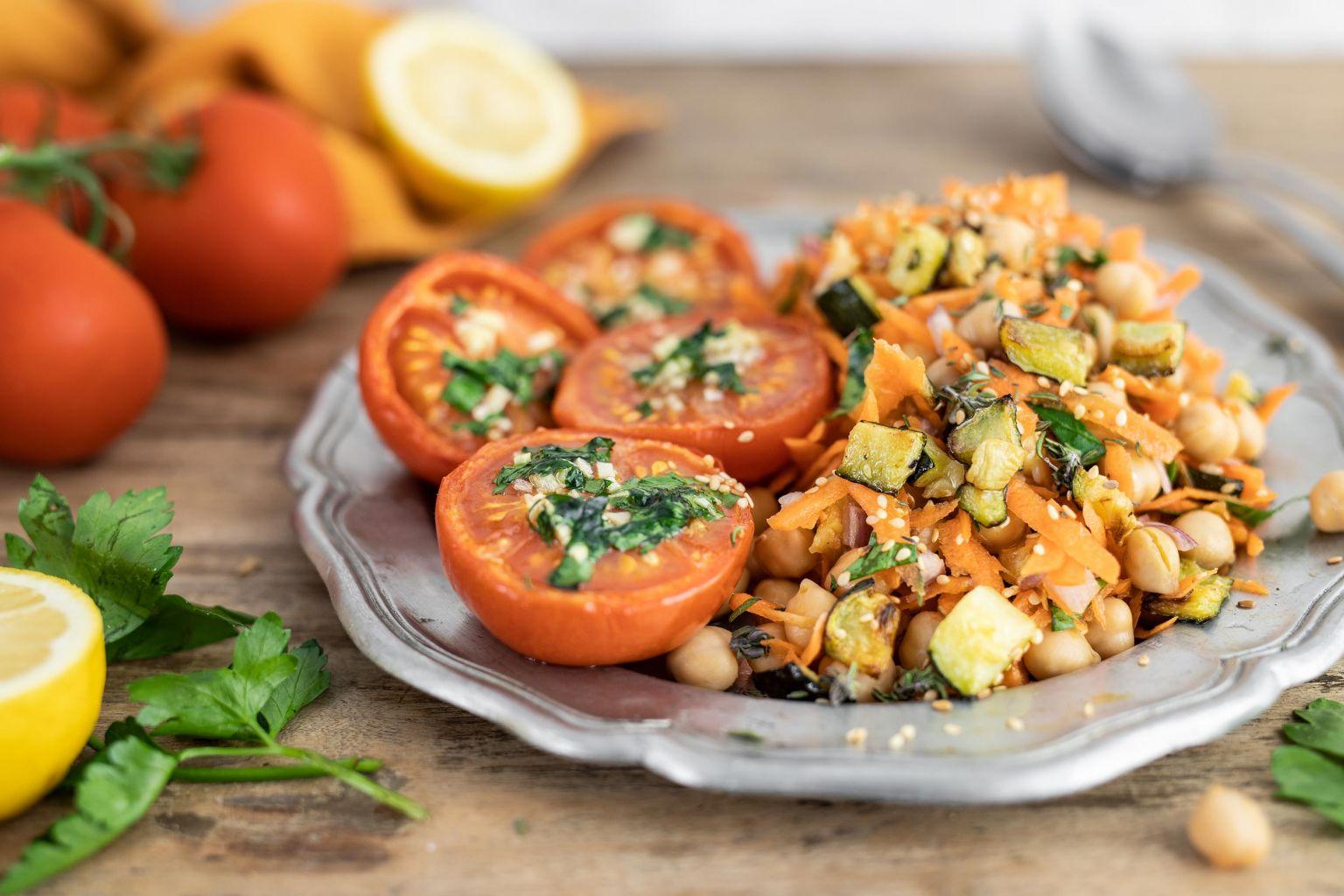 Tomates rôties au four et salade de pois chiches à la libanaise