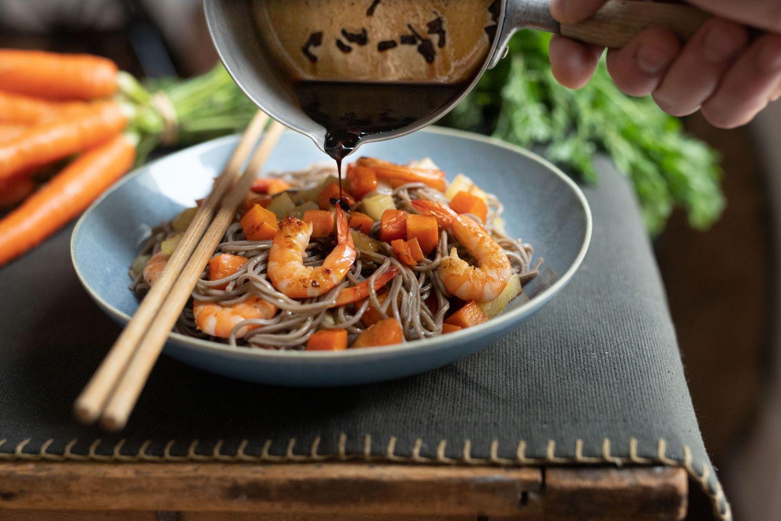 Wok de nouilles soba et crevettes teriyaki