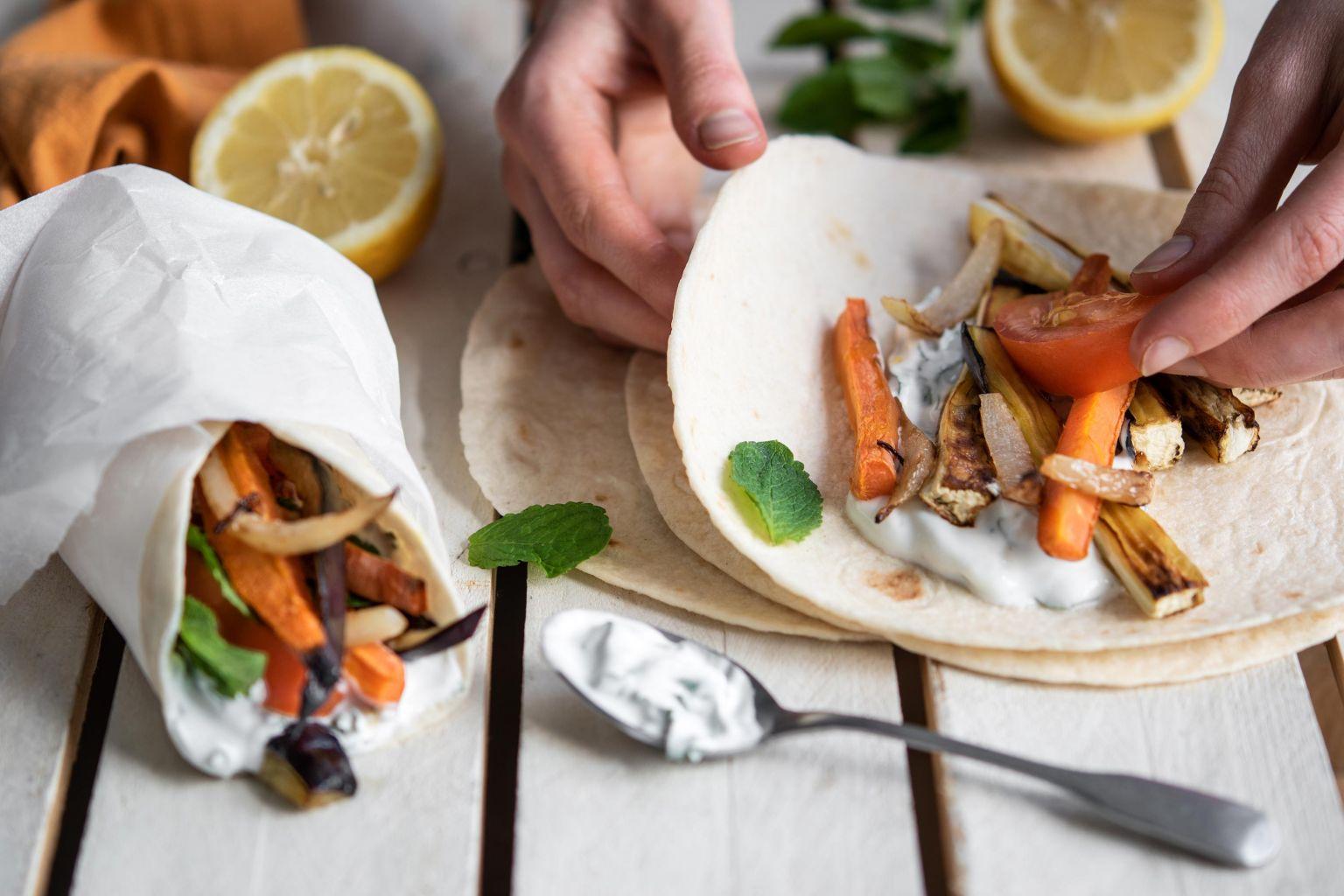 Wraps aux légumes rôtis et sauce légère à la menthe