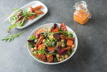 Salade de pois chiches aux légumes, tomates séchées et chorizo croustillant