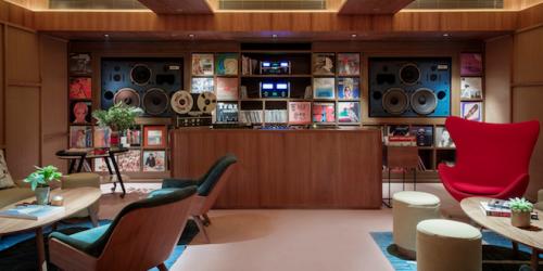 Прекрасное пространство The Music Room для ценителей музыки или библиотека винила в Гонконге
