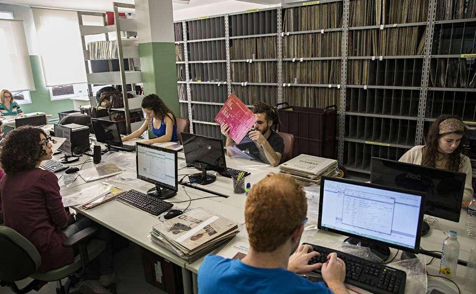 Студенты вносят информацию о виниловых пластинках в базу данных