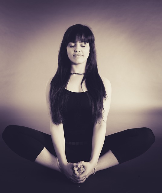 Frau auf Meditationskissen