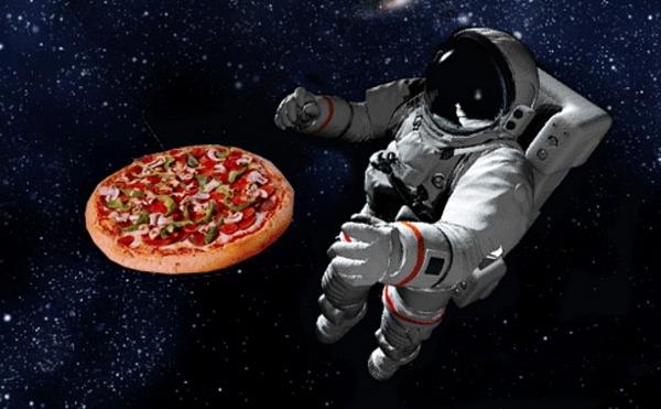 Пицца в космосе. Источник https://khurki.net/