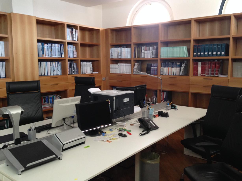 Mobili arredi e macchine da ufficio con libri e riviste for Arredi e mobili