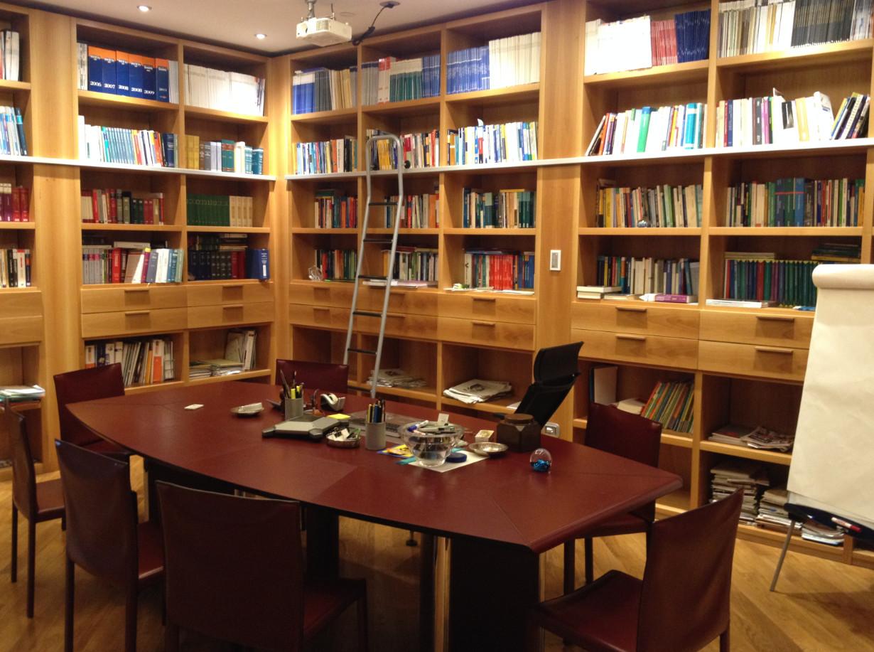 Mobili arredi e macchine da ufficio con libri e riviste for Mobili e arredi