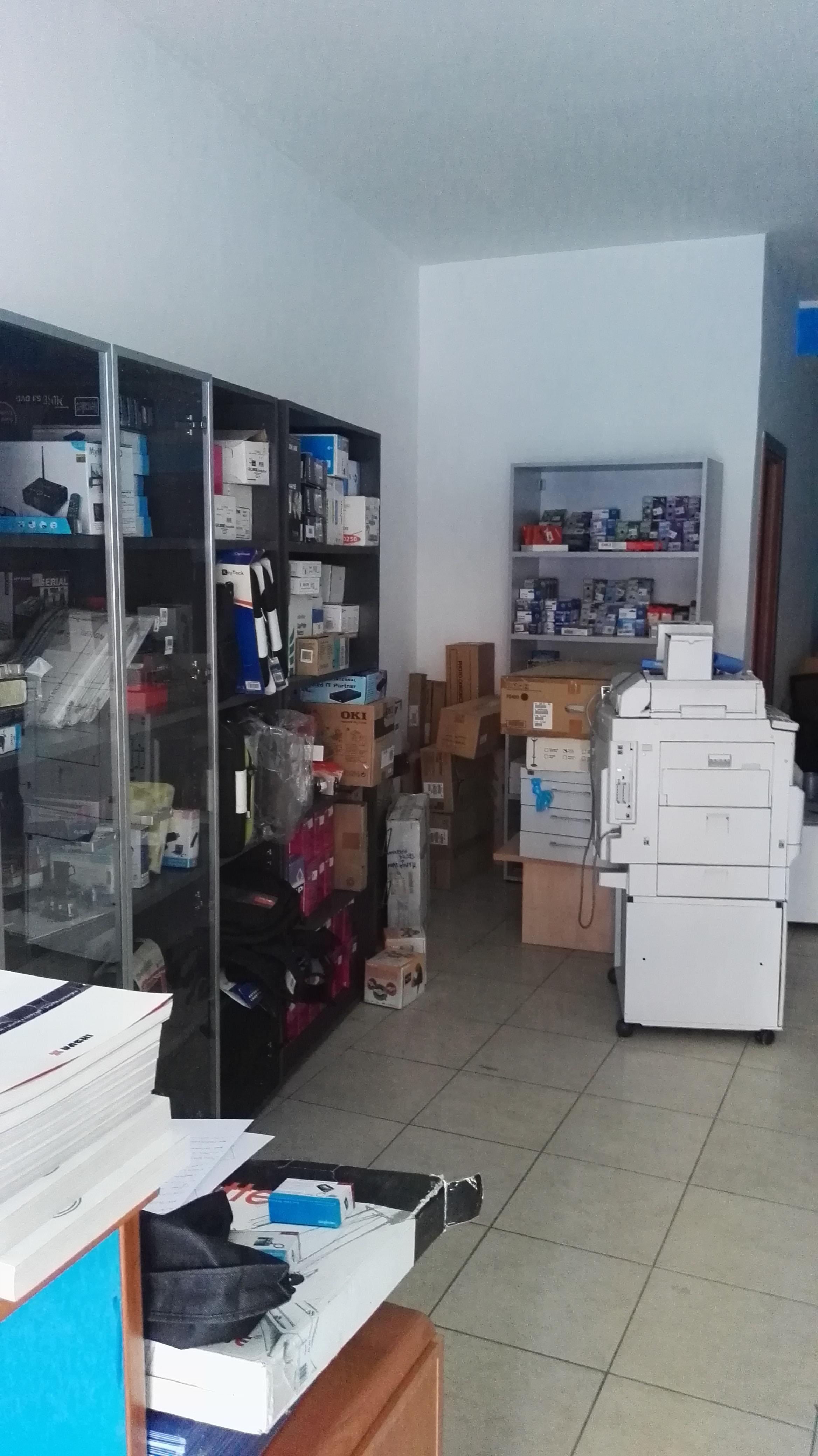 Stock arredo ufficio materiale informatico e consumabili for Stock mobili ufficio