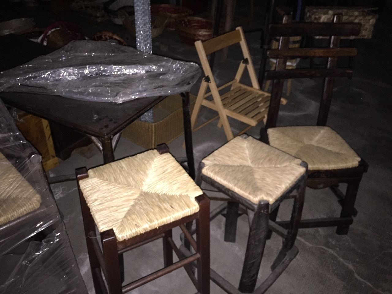 N.1 sgabello con braccioli n.2 sgabelli impagliati n.1 sedia in