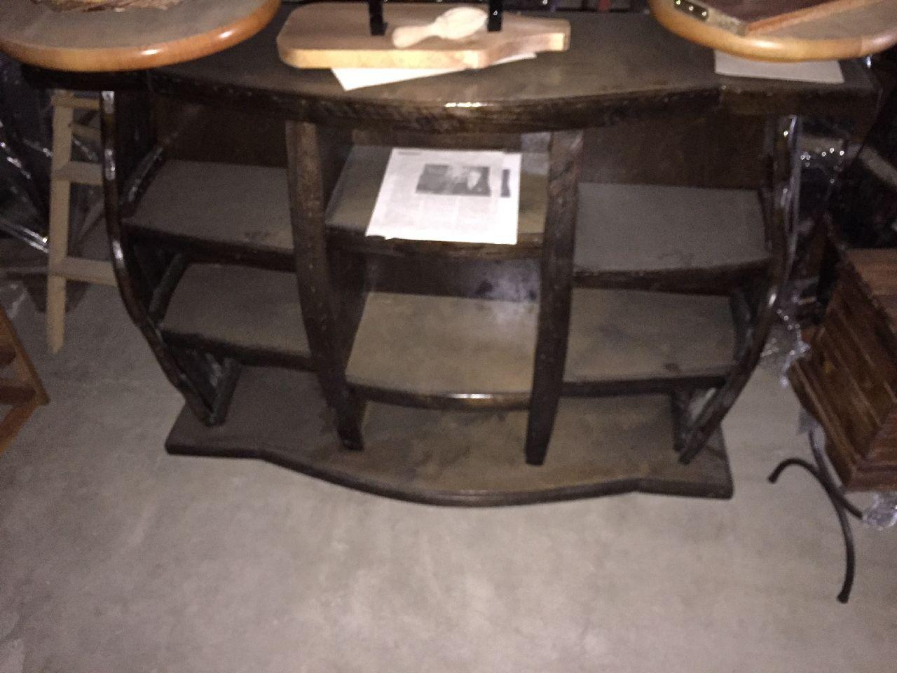 N.2 botti espositive in legno n.1 sgabello in ferro n.1 bauletto