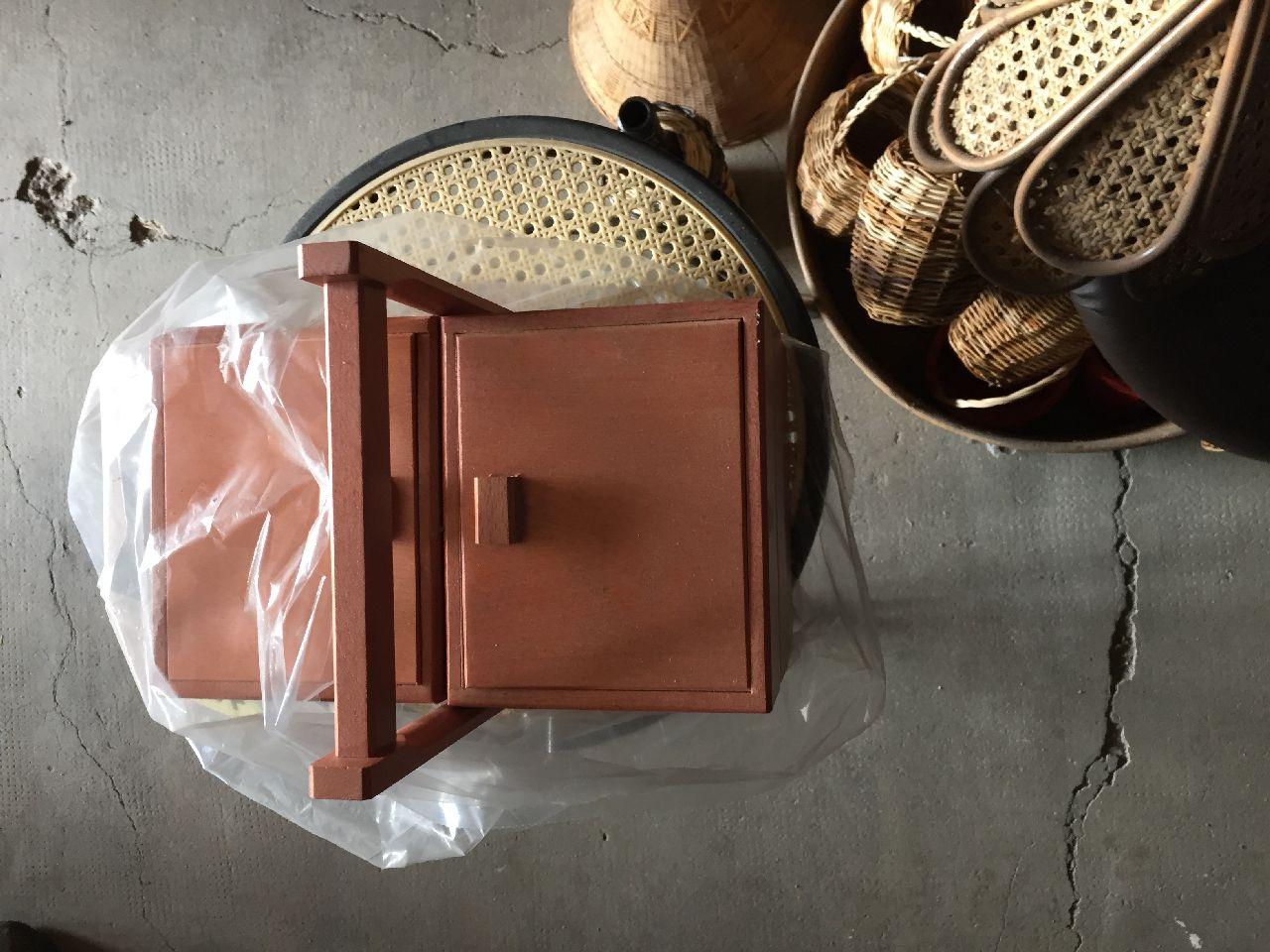 N.1 porta piante in vimini n.18 cestini piccoli n.1 sgabellino in