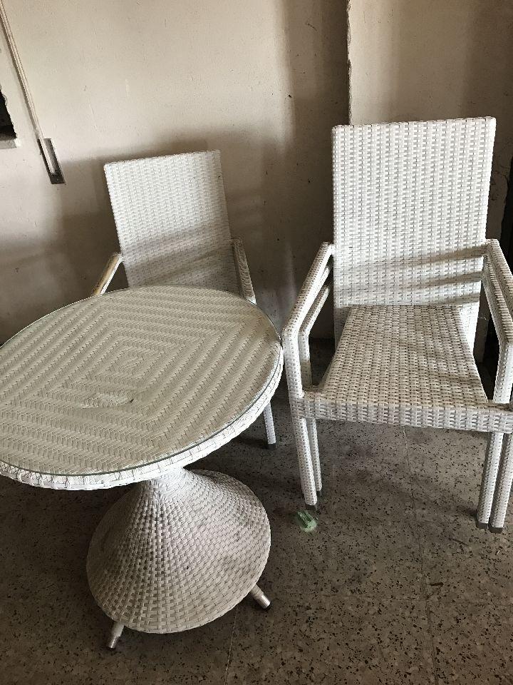 Tavolino in simil vimini bianco con quattro sedie - Aste Mobili: Il ...