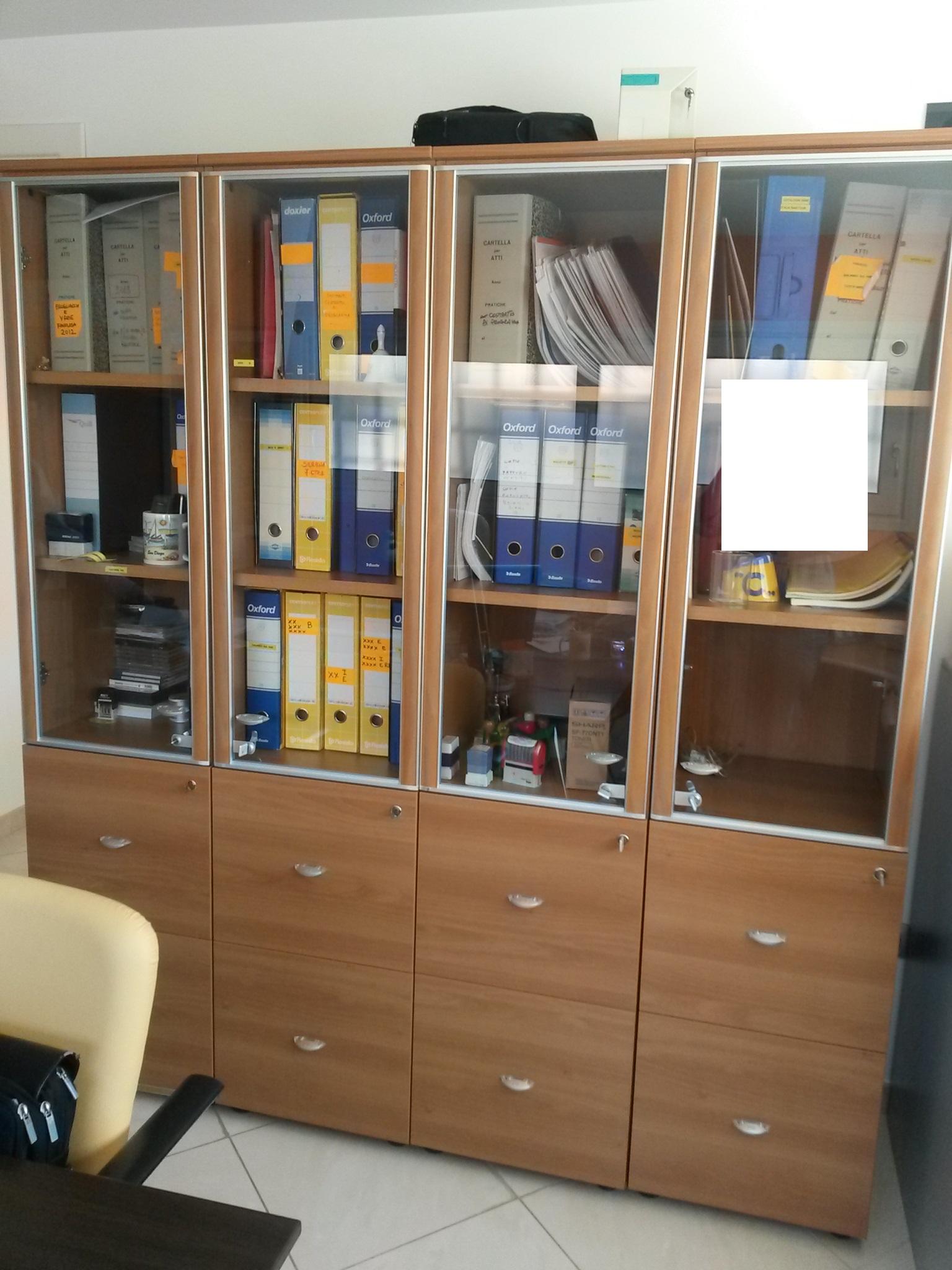 Libreria Chiusa Con Ante In Vetro.Mobile Tipo Libreria Con Otto Cassetti Tipo Fascicolatore E Quattro