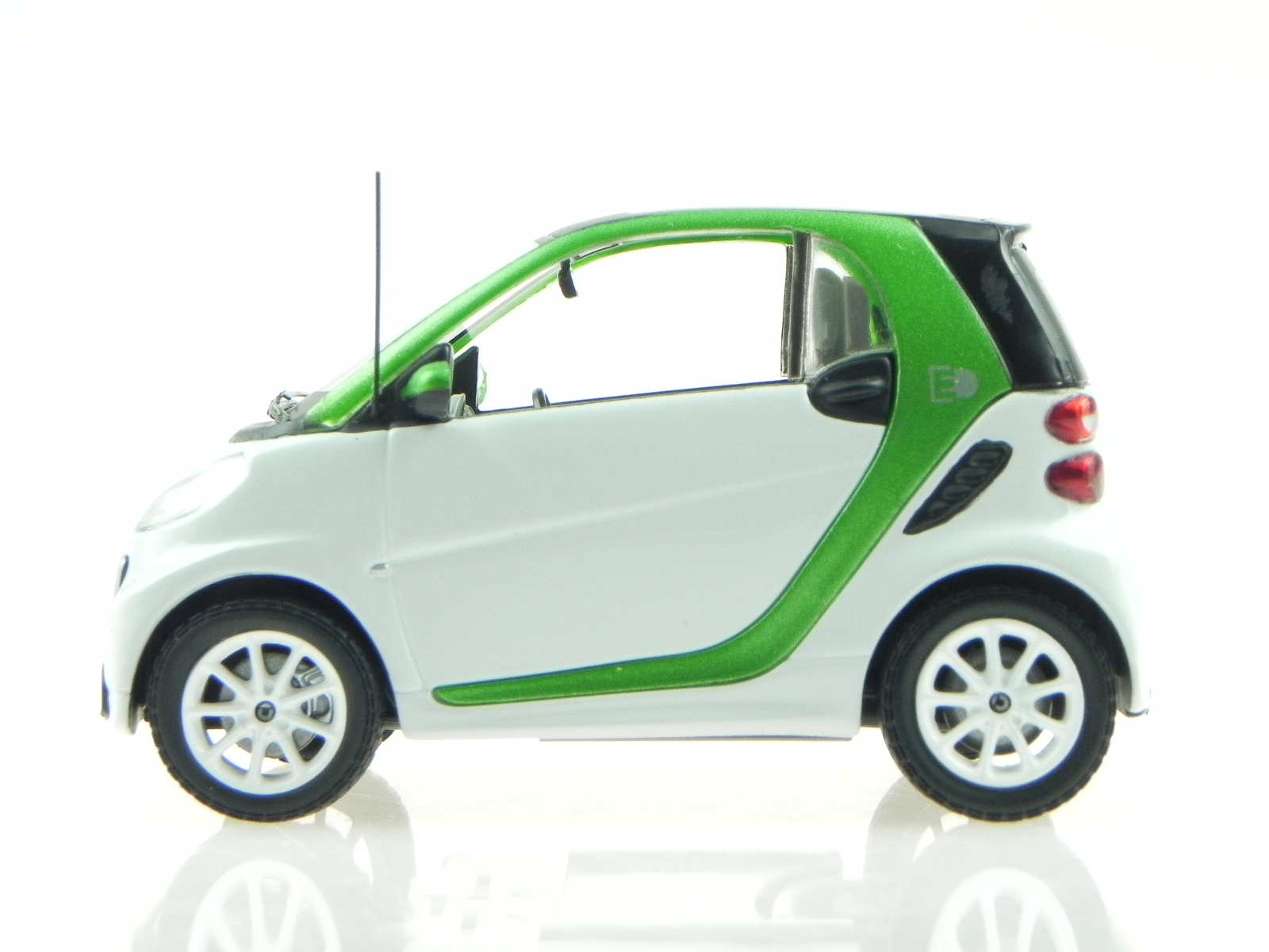 Smart Fortwo Ed Coupe Ev Electric Drive White Diecast Modelcar Spark