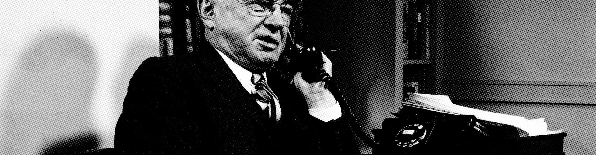 Alex f Osborn al telefono