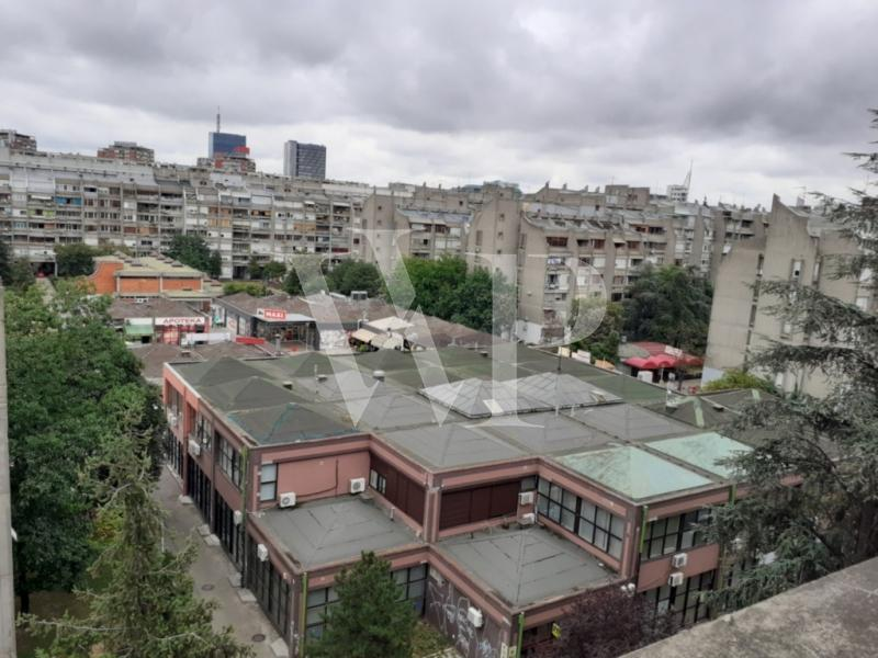 Novobeogradski stan na poslednjem spratu zgrade