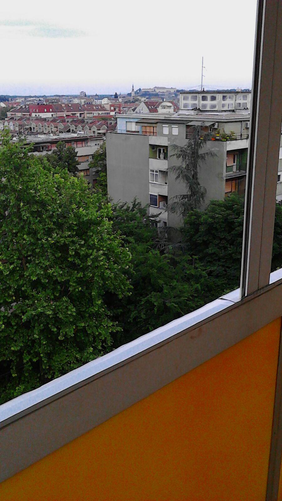 Izdajem dvoiposoban stan na Bulevaru Oslobodjenja u Novom Sadu