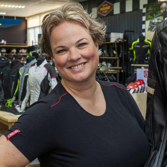 Simone van de kledingafdeling - MotoPort Hippolytushoef