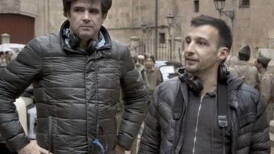 El vallero Fernando Bovaira junto al director Alejandro Amenábar durante el rodaje de 'Mientras dure la guerra'. - TERESA ISASI