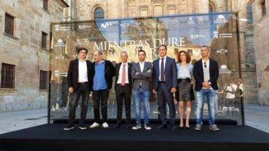 Alejandro Amenábar, en el centro, en la presentación de 'Mientras dure la guerra' en la Universidad de Salamanca. En vídeo, el tráiler de la película. EUROPA PRESS