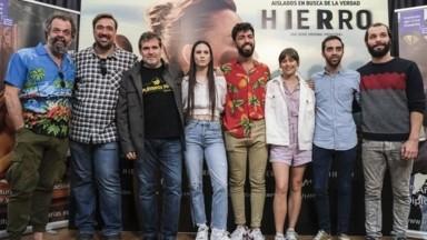 Miembros del reparto de HIERRO con estudiantes del Instituto de Cine