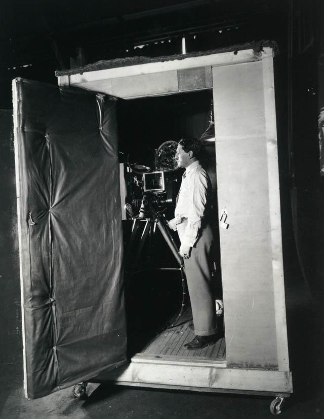 Nicht nur schall- sondern auch luftdicht: Die Kamerabox. Quelle: https://www.loc.gov/exhibits/bobhope/mopic.html
