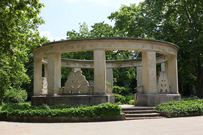 Jókai Mór síremléke, Budapest 8