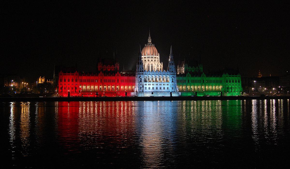 Parlament ünnepi gúnyában