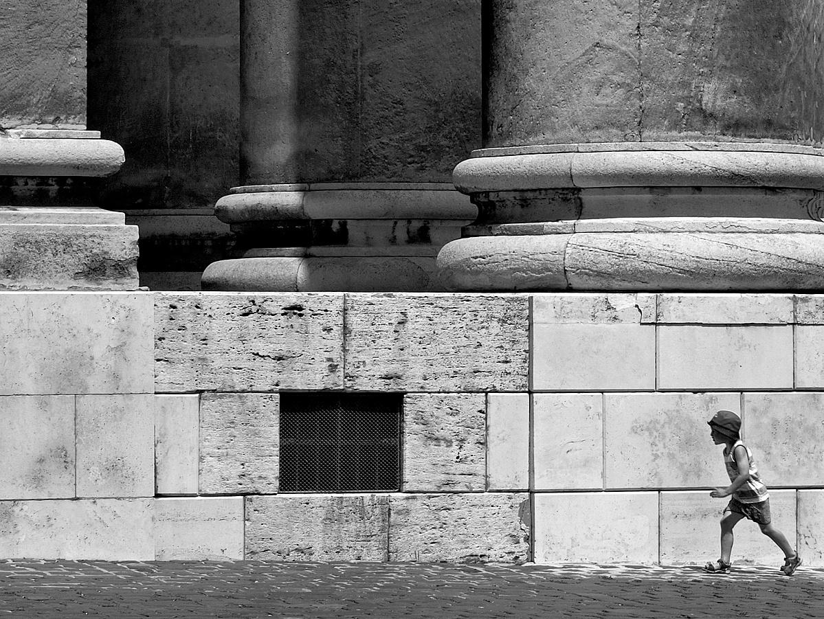 A bazilika tövében