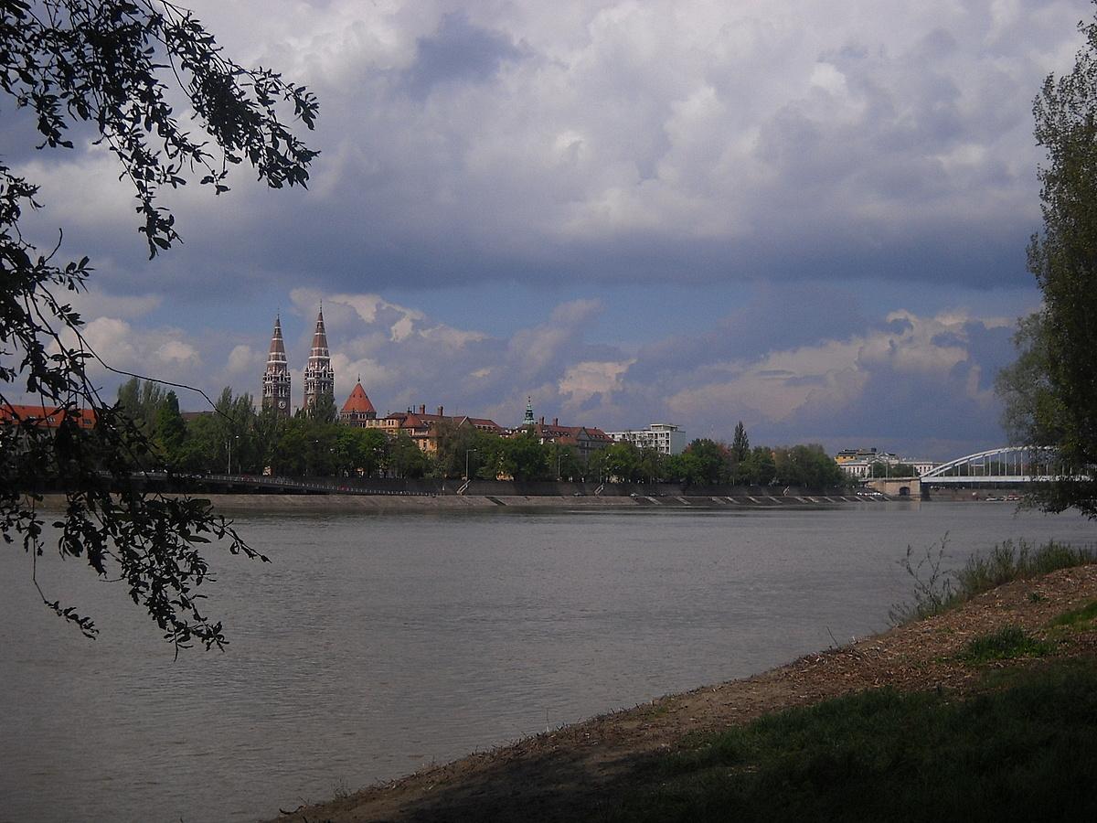 A szegedi Tisza- part a Dómmal
