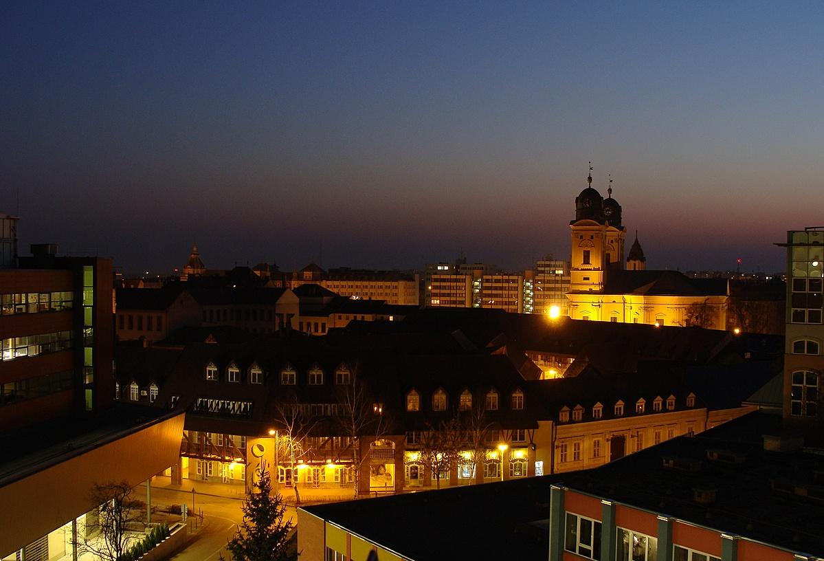 Debrecen belvárosa esti fényben
