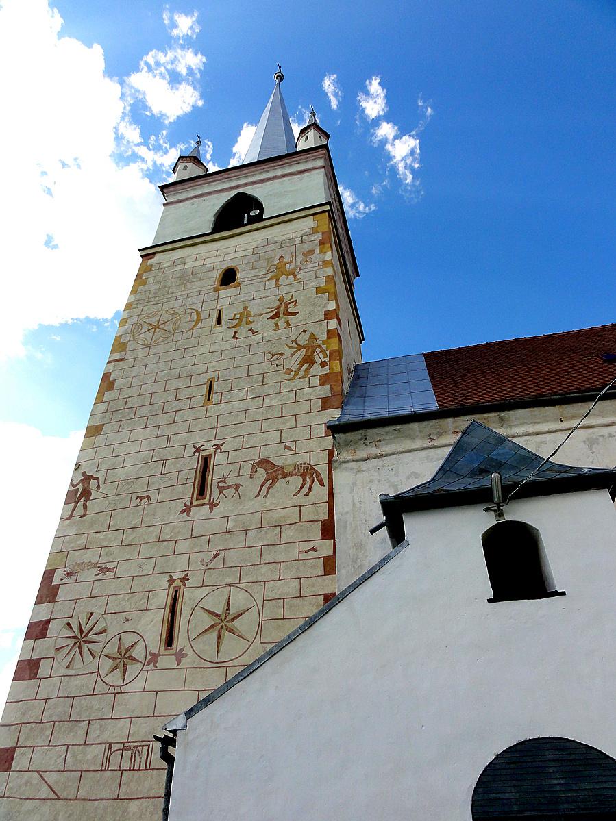 Templomtorony középkori festményekkel