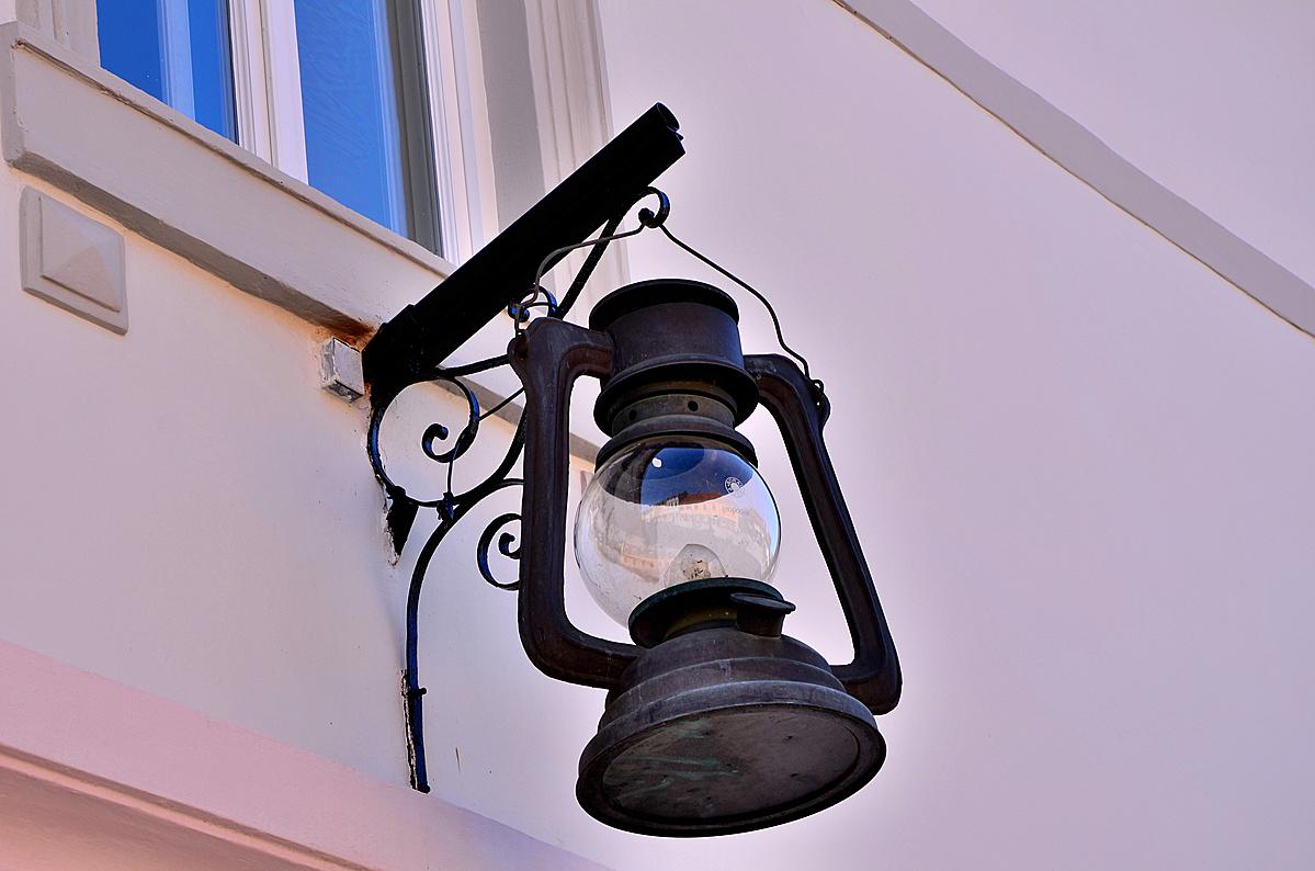Lámpabolt cégére.