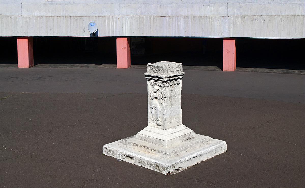 Római kövület a Flórián téri aluljáró bejáratánál