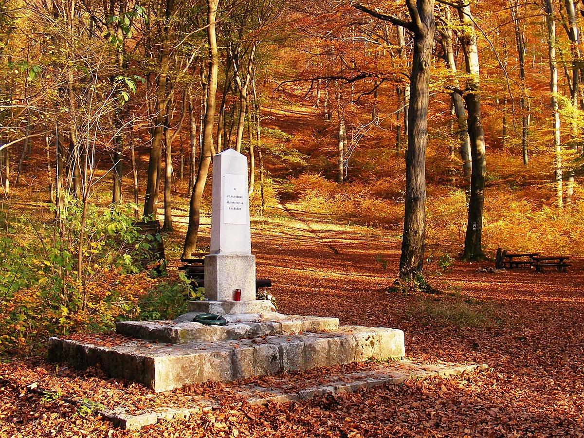 Magányos Obeliszk az Őszben