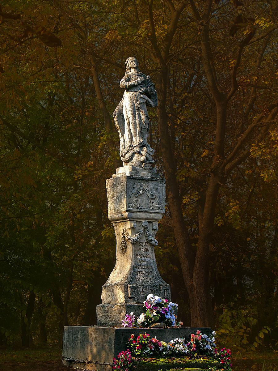 Ősz a templomkertben, avagy Maria Immaculata makulátlan művirágokkal