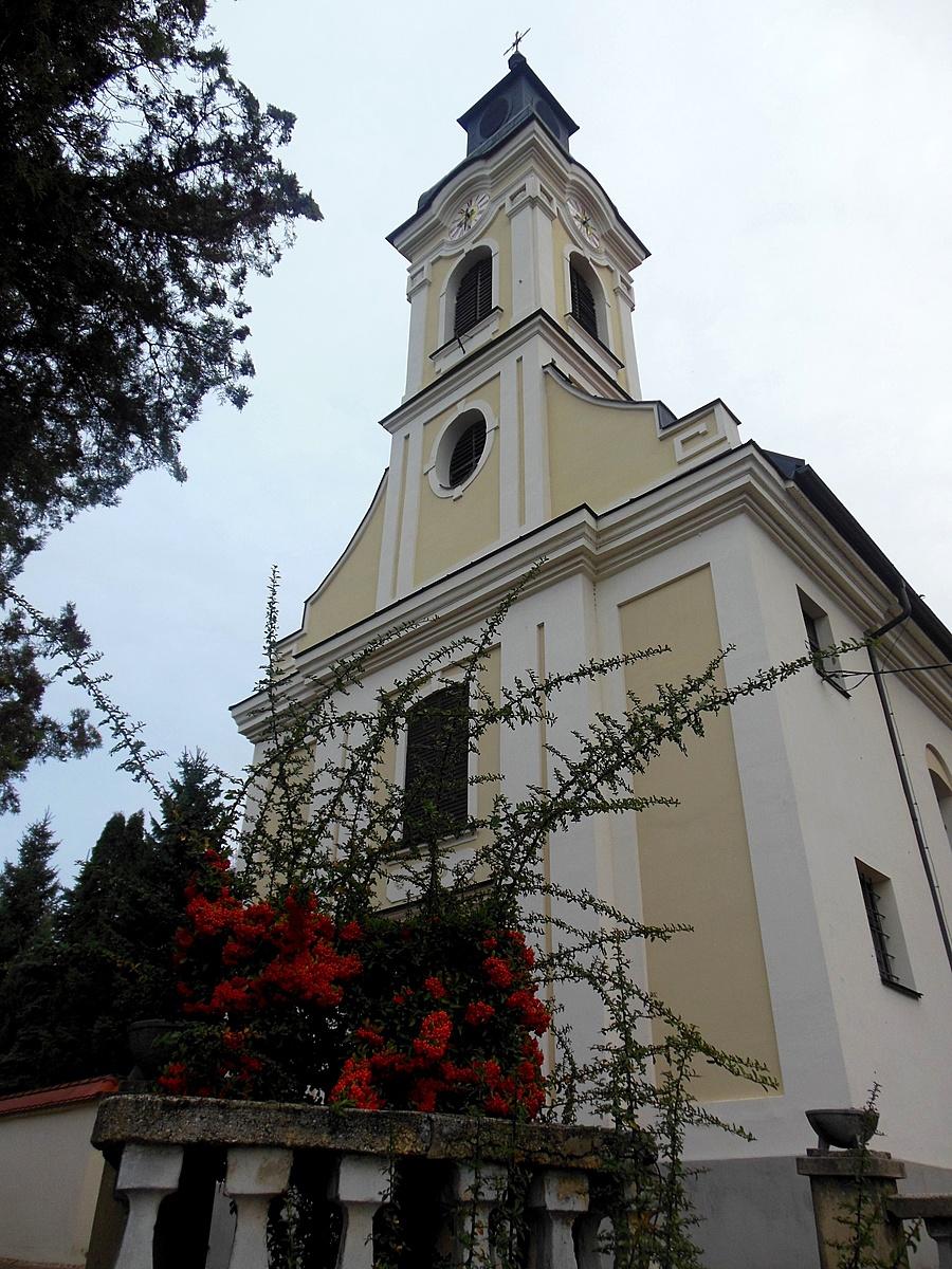 Bogyók a templom előtt